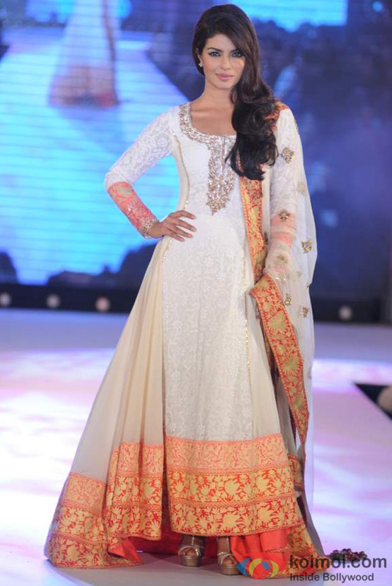 Priyanka Chopra Sizzles The Ramp At Manish Malhotra's Show