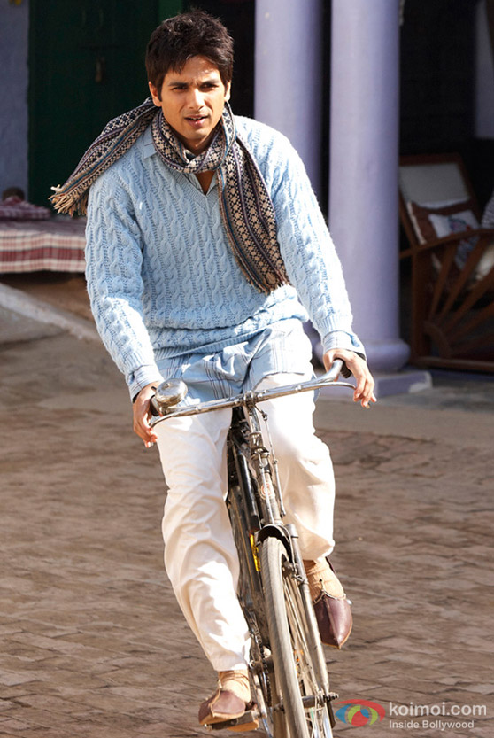 Shahid Kapoor rides a bicycle in Mausam Movie