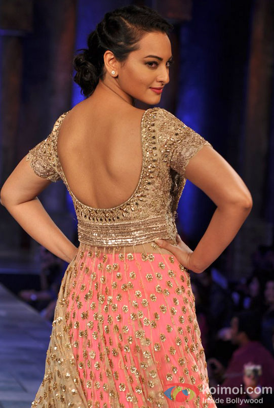 Sonakshi Sinha shows her sexy back during ramp walk in a fashion show
