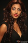 Paoli Dam looks red hot in black