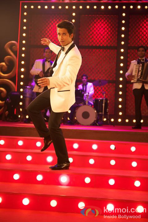 Shahid Kapoor dance on the floor in Teri Meri Kahaani Movie Stills