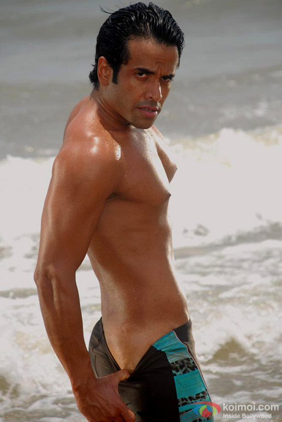 Tusshar Kapoor Showing Body In Kyaa Super Kool Hain Hum Movie