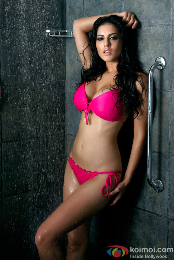 Sunny Leone Hot taking a shower in Jism 2 Movie