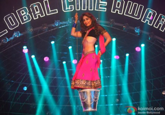 Hot Kareena Kapoor is the perfect seductress in Halkat Jawani Song in Heroine Movie Stills