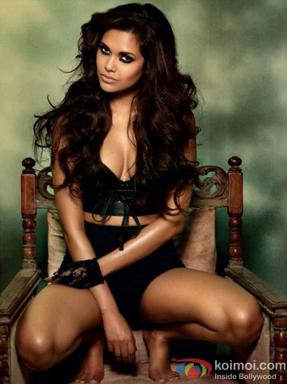 Smoking Hot Esha Gupta looks Super Sexy in Raaz 3 Movie Stills