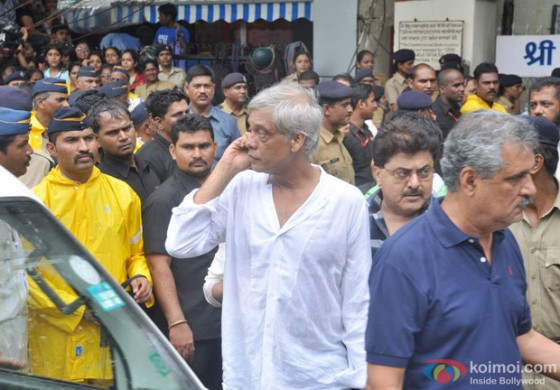 Sudhir Mishra at Rajesh Khanna's Cremation at Vile Parle Mumbai