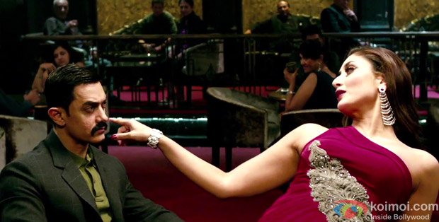 Aamir Khan and Kareena Kapoor in Muskaanein Jhooti Hai Song in Talaash Movie Stills