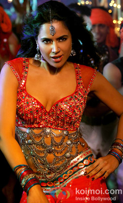 Sameera Reddy in a still from Kunda Khol Song in Chakravyuh Movie