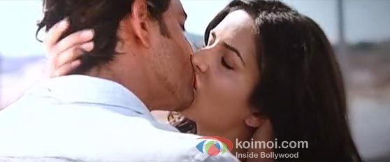 Hrithik Roshan And Katrina Kaif In Zindagi Na Milegi Dobara Kiss Smooch