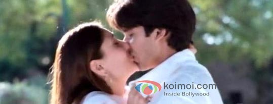Shahid Kapoor And Kareena Kapoor in Jab We Met Kiss Smooch