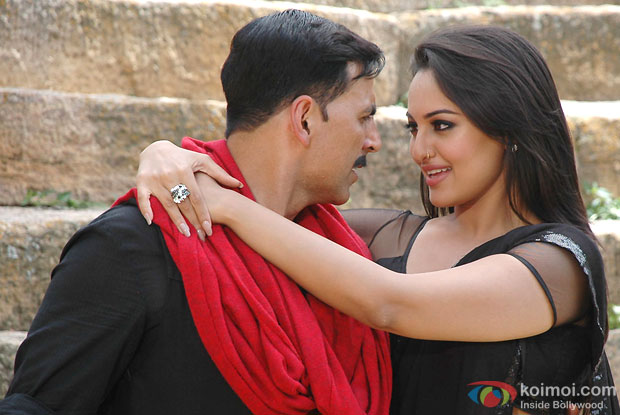 Akshay Kumar and Sonakshi Sinha in a still from Rowdy Rathore Movie