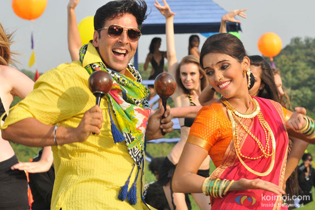 Akshay Kumar and Asin in a still from Khiladi 786 Movie