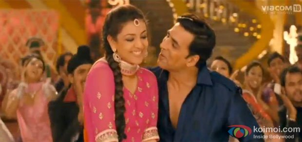 Kajal Aggarwal and Akshay Kumar in a still from Special Chabbis (26) Movie
