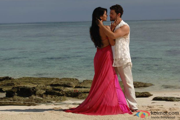 Sonal Chauhan and Neil Nitin Mukesh in Khalbali Song in 3G Movie Stills