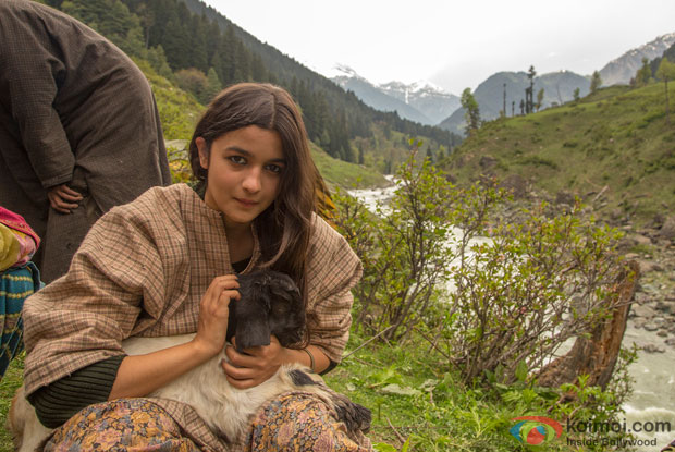 Alia Bhatt Shooting with local sheperds (called 'bakarwals') for Highway at Chandanwari, Kashmir