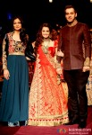 Dia Mirza walks the ramp at LFW 2013 Pic 5