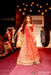 Dia Mirza walks the ramp at LFW 2013 Pic 1