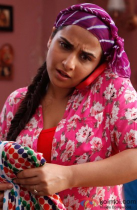 A Confused Vidya Balan Sanpped Talking On Phone