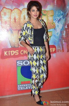 A Stylish Priyanka Chopra Poses For Shutterbugs