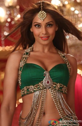 girls-bipasha-hot-boobs