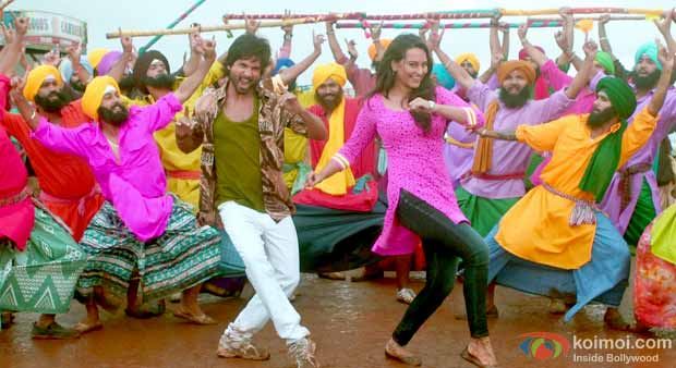 Shahid Kapoor and Sonakshi Sinha in a still from R... Rajkumar