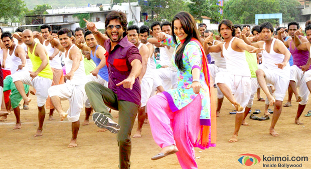 Sonakshi Sinha and Shahid Kapoor in a Still from R… Rajkumar