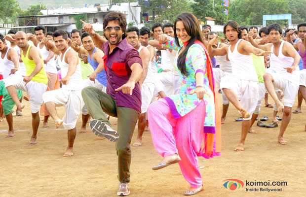 Shahid Kapoor and Sonakshi Sinha in a still from R… Rajkumar