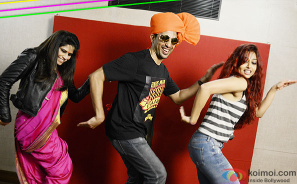 Sai Tamhankar, Gulshan Devaiah and Radhika Apte in a still from 'Ye Naa Gade' song of movie Hunterrr