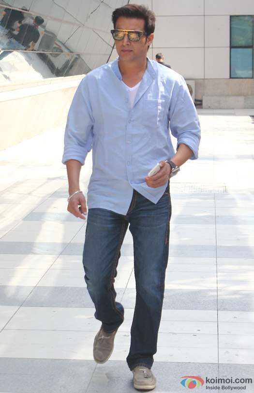 Jimmy Shergill Spotted At Domestic Airport