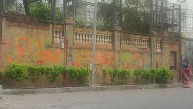 Grafitti Painted Outside SRK's 'Mannat' Residence A Part Of 'Fan'?