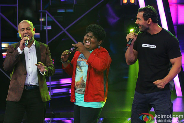 Vishal Dadlani and John Abraham during the promotion of film Welcome Back on the sets of Indian Idol Junior