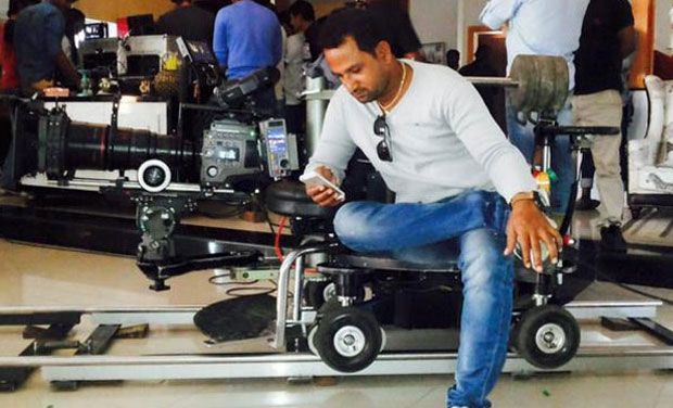'Dilwale' team roll their camera at Charninar, Hyderabad