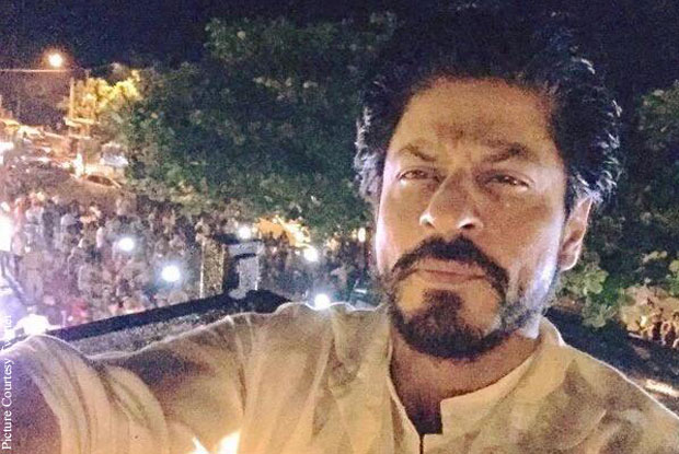 Shah Rukh Khan stood in a balcony of his house Mannat