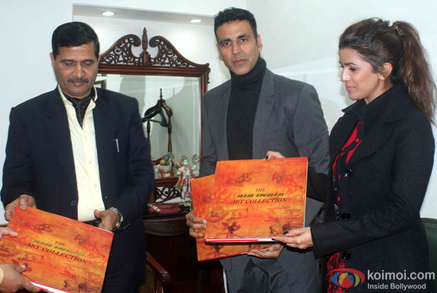 Akshay Kumar and Nimrat Kaur visited the Air India office to promote 'Airlift'