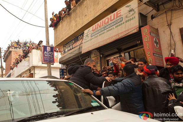 Aamir Khan is filming for Dangal in Ludhiana was greeted with a street full of fans!