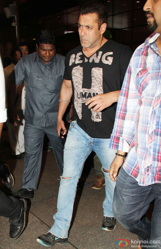 Salman Spotted With His Family & Alleged Girlfriend At Mumbai Airport ...