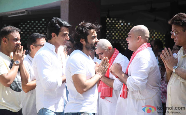 Sonu Sood and Jackky Bhagnani during the Funeral of Trade Analyst Vikas Mohan