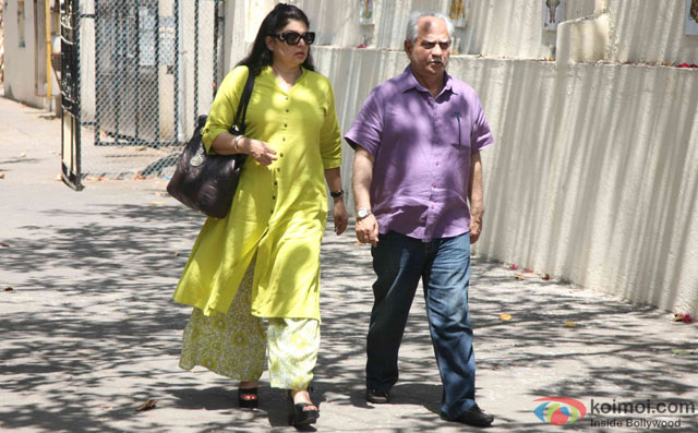 Kiran Juneja and Ramesh Sippy during the Funeral of Trade Analyst Vikas Mohan