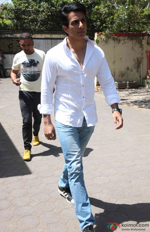 Sonu Sood during the Funeral of Trade Analyst Vikas Mohan