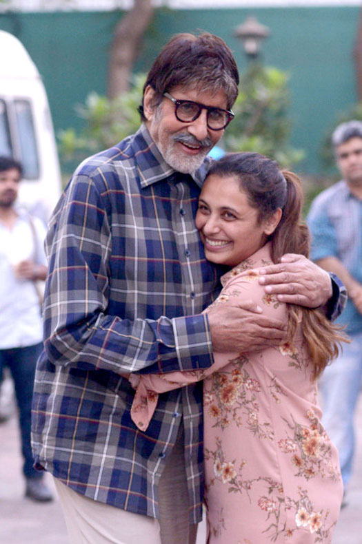 http://static.koimoi.com/wp-content/new-galleries/2017/04/amitabh-bachchan-bumps-on-the-sets-of-hichki-to-meet-rani-mukerji-1.jpg