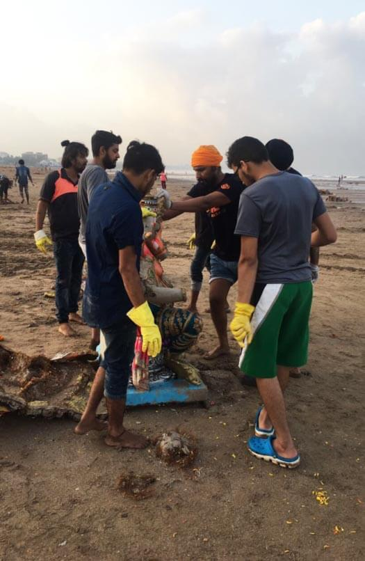 Randeep Hooda helps in cleaning Mumbai beach