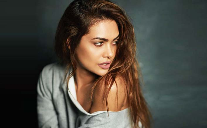 Esha Gupta Champions The Cause Of Education – Adopts 2 Villages In Uttar Pradesh!